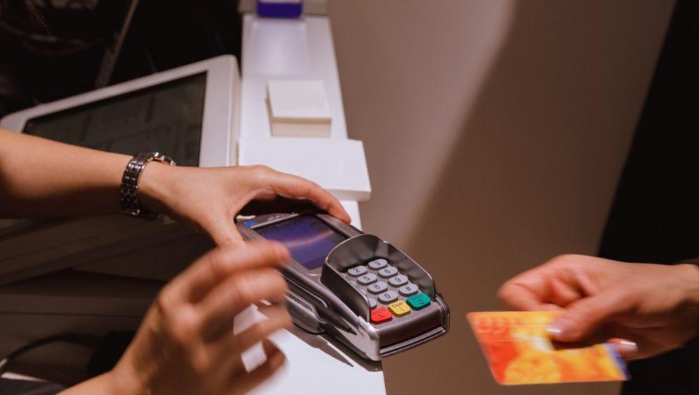 Romanii utilizeaza cardurile PayPass in magazine alimentare, restaurante fast-food, benzinarii si farmacii