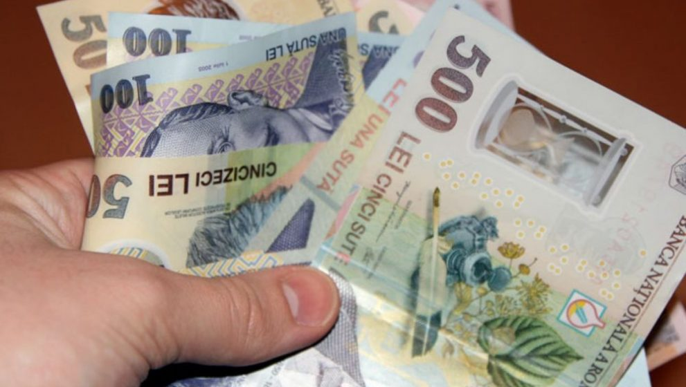 Romanii isi lasa salariile la banci. Cat pierdeti economisind in lei