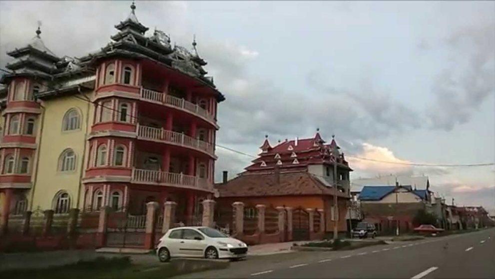 Casele unor hoti romi din Huedin, in presa engleza